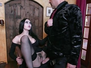 Fucking Hot Vampire Mummy Kate Bloom Inhales A Big Man-meat And Gets Her Cooter Munched