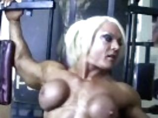 """naked Female Bodybuilder Poses Her Big Pearl In The Gym"""
